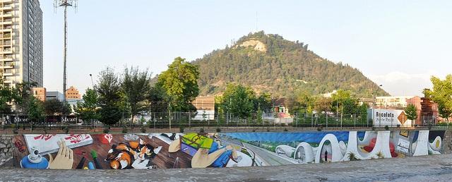 Mural antes de ser borrado. Foto: www.eldinamo.cl
